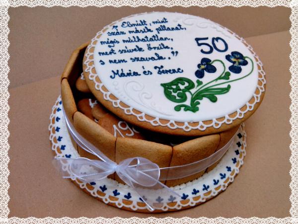 50. házassági évforduló ajándék mézeskalács doboz torta kék felirattal, ibolyával, kis szívekkel a belsejében