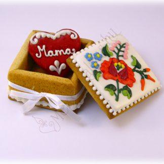 Mézeskalács ékszerdoboz benne egy 6 centis piros szívvel, egyedi felirattal, kalocsai virágos díszítéssel