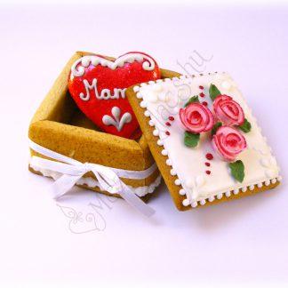 Mézeskalács ékszerdoboz benne egy 6 centis piros szívvel, egyedi felirattal, rózsaszín cirmos glazúr rózsa díszítéssel